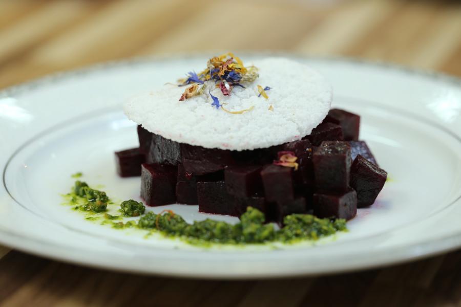 Tartare de Beterraba, Tapioca e Pesto de Couve