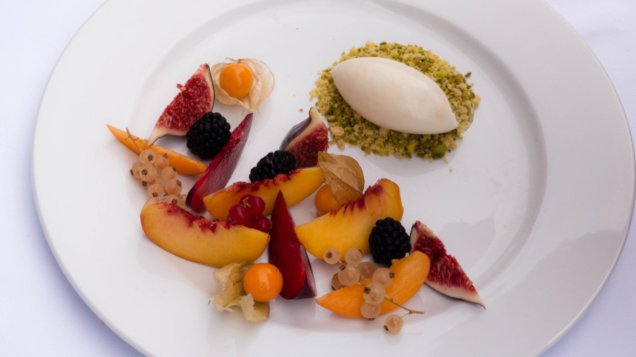 Frutas Marinadas em Xarope de Alecrim, Sorvete de Crème Fraîche e Crumble de Pistache
