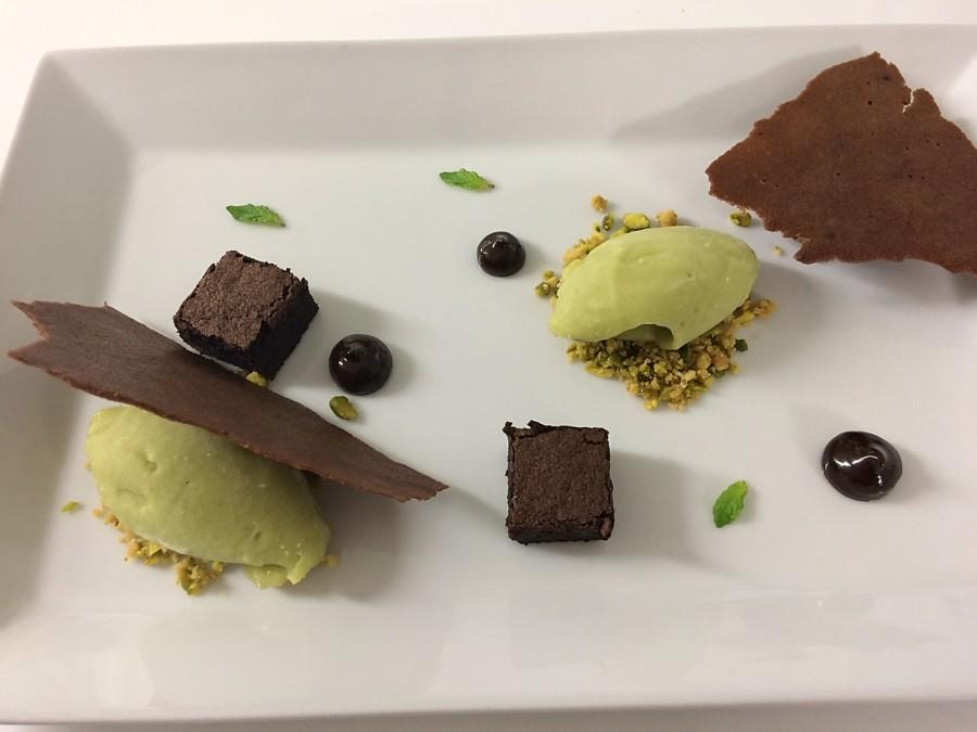 Sorvete de Abacate, Bolo Denso de Chocolate, Tuille de Chocolate e Crumble de Pistache