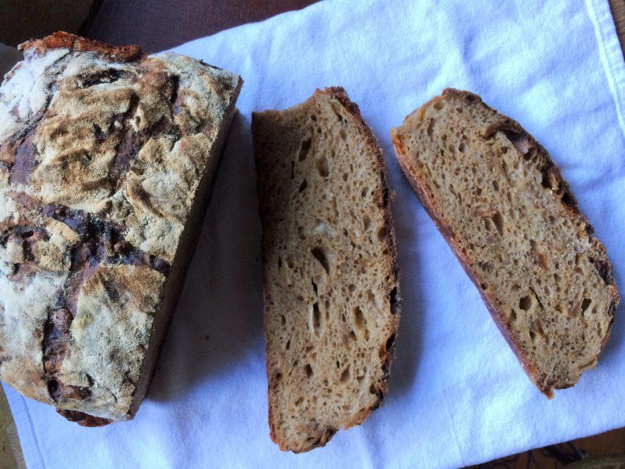 Pão de Cerveja Preta, Cebola Caramelizada e Provolone