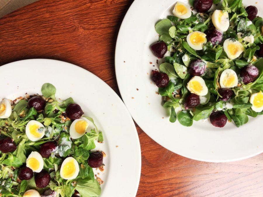 Salada de Alface Baby, Beterraba Marinada, Ovo de Codorna, Granola Salgada e Molho de Buttermilk